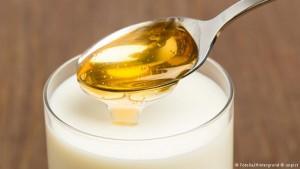 Fino toplo mleko zasladite kašičicom meda i dajte svom detetu