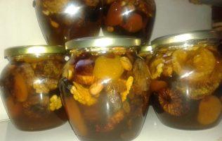 Mešavina meda i svog i koštnjavog voća