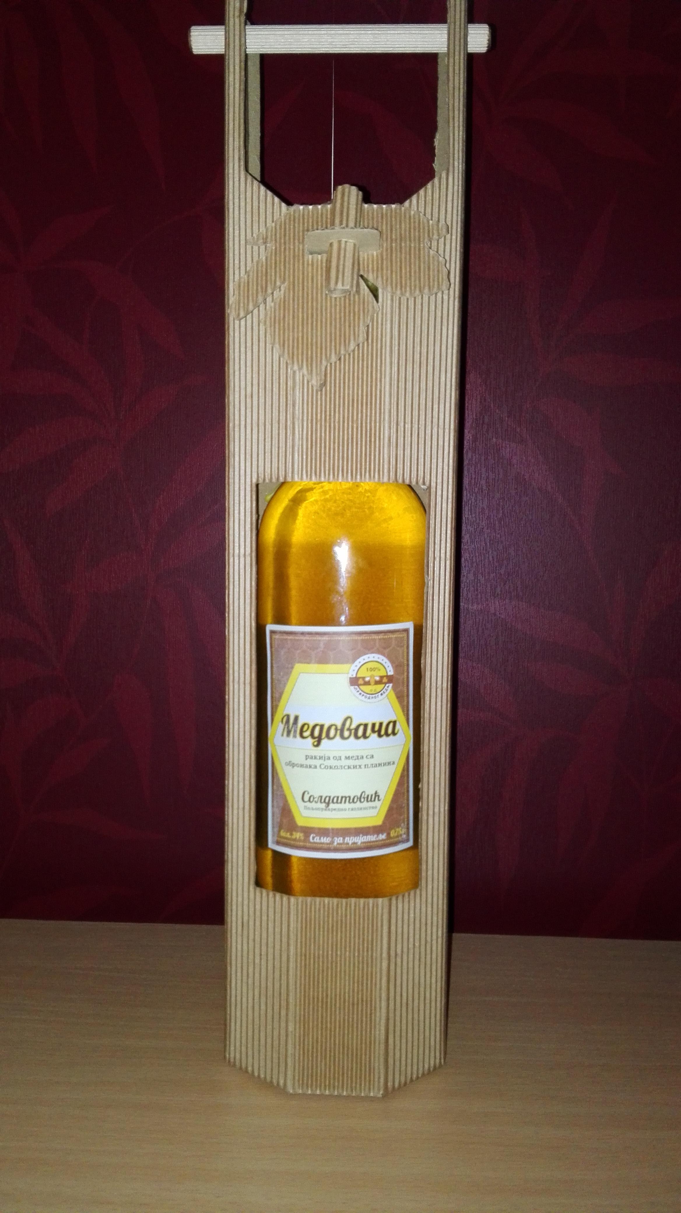 Medovača - obogaćena lekovitim biljem i propolisom u luksuznom pakovanju, kombinacija natur kartona i drveta