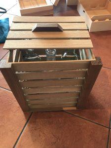 Drvena kutija od letvica za tri flaše medenih pića (medovača, orahovača, višnjevača ili kupinovo vino)